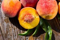 Frische Pfirsiche, naher hoher Fruchthintergrund des Pfirsiches, Pfirsich auf hölzernem Ba Stockbild