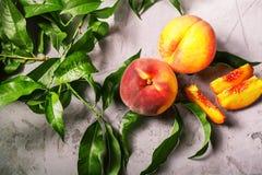 Frische Pfirsiche, Pfirsichfruchthintergrund, süße Pfirsiche, Gruppe von p Stockbild