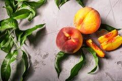 Frische Pfirsiche, Pfirsichfruchthintergrund, süße Pfirsiche, Gruppe von p Lizenzfreie Stockfotos