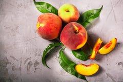 Frische Pfirsiche, Pfirsichfruchthintergrund, süße Pfirsiche, Gruppe von p Lizenzfreies Stockfoto