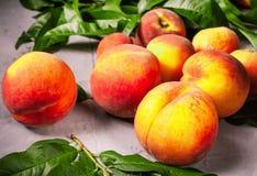 Frische Pfirsiche, Pfirsichfruchthintergrund, süße Pfirsiche, Gruppe von p Lizenzfreies Stockbild
