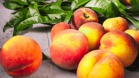 Frische Pfirsiche, Pfirsichfruchthintergrund, süße Pfirsiche, Gruppe von p Stockfotos
