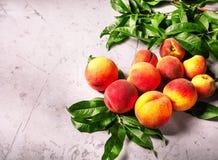 Frische Pfirsiche, Pfirsichfruchthintergrund, süße Pfirsiche, Gruppe von p Stockfoto
