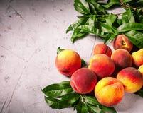 Frische Pfirsiche, Pfirsichfruchthintergrund, süße Pfirsiche, Gruppe von p Lizenzfreie Stockbilder