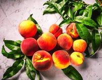 Frische Pfirsiche, Pfirsichfruchthintergrund, süße Pfirsiche, Gruppe von p Lizenzfreie Stockfotografie