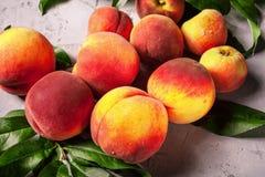 Frische Pfirsiche, Pfirsichfruchthintergrund, süße Pfirsiche, Gruppe von p Stockbilder