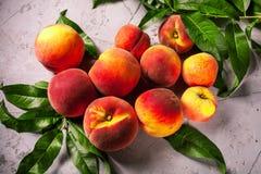 Frische Pfirsiche, Pfirsichfruchthintergrund, süße Pfirsiche, Gruppe von p Stockfotografie