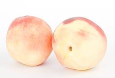 Frische Pfirsichfrüchte auf Weiß Stockfotos