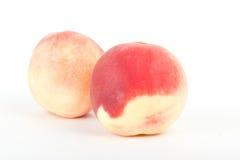 Frische Pfirsichfrüchte auf Weiß Stockfoto
