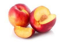 Frische Pfirsichfrüchte mit dem Schnitt getrennt Stockbilder