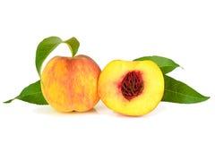 Frische Pfirsichfrüchte mit grünen Blättern Lizenzfreie Stockbilder