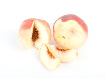Frische Pfirsichfrüchte mit Schnitt auf Weiß Lizenzfreie Stockfotografie