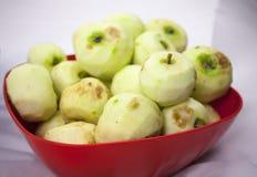 Frische Pilled-Äpfel auf dem weißen Hintergrund Lizenzfreie Stockfotos