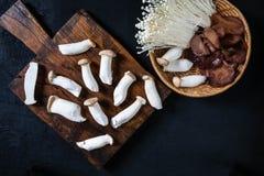 Frische Pilze auf Holz stockfotos