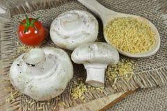 Frische Pilze mit Kirschtomate und -weizen lizenzfreie stockfotografie