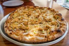 Frische Pizza mit Hühner- und Knoblauchsoße Stockfoto