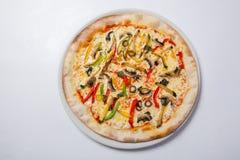 Frische Pizza mit Pfeffer, Käse und Pilzen auf weißer Platte stockfoto