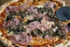Frische Pizza?.prosciutto und Pilz Lizenzfreies Stockfoto