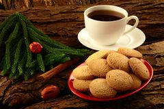 Frische Plätzchen des selbst gemachten gesunden Ofens mit schwarzem Tee Lizenzfreies Stockbild