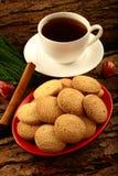 Frische Plätzchen des selbst gemachten gesunden Ofens mit schwarzem Tee Lizenzfreie Stockbilder