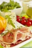 Frische Produkte auf grünem Tuch für Mahlzeit-Vorbereitung Stockbild