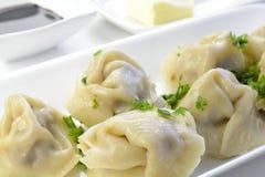 Gekochte Ravioli mit Fleisch-Füllung und Petersilie Stockbild