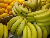 Frische reife Bananen in einem Nahaufnahmekasten Stockbilder