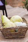 Frische reife Birnen in einem Weidenkorb Lizenzfreies Stockfoto