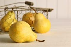 Frische reife Birnen im Korb auf Tabelle Lizenzfreies Stockfoto
