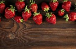 Frische reife Erdbeere auf Holz Lizenzfreies Stockbild