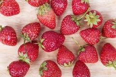 Frische reife Erdbeere auf Holz Lizenzfreie Stockbilder