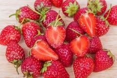 Frische reife Erdbeere auf Holz Lizenzfreies Stockfoto