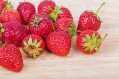 Frische reife Erdbeere auf Holz Lizenzfreie Stockfotografie