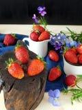 Frische reife Erdbeeren auf einem Stumpf Stockfotografie