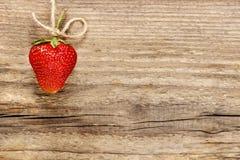 Frische reife Erdbeeren auf Holz Stockbild