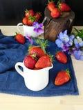 Frische reife Erdbeeren in einem Krug Lizenzfreie Stockbilder