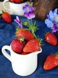 Frische reife Erdbeeren in einem Krug Stockfotografie