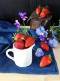 Frische reife Erdbeeren in einem Krug Lizenzfreies Stockbild