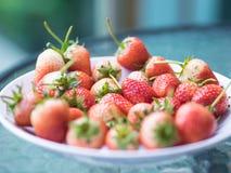 Frische reife natürliche Erdbeere-, Rote und weißefrucht auf Glas-tabl Lizenzfreie Stockfotos