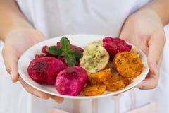 Frische reife pickly Birnen auf der weißen Platte auf einer Platte, die in den Händen gehalten wird, weißer Hintergrund stockbilder