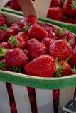 Frische reife s??e franz?sische Erdbeere im h?lzernen Korb lizenzfreie stockfotografie