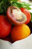 Frische reife Tomaten in einem Spray des Wassers Stockbild