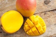 Frische reife tropische Mango ganz und geschnitten Stockbild