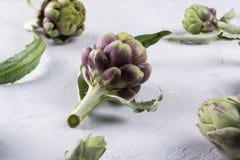 Frische rohe Artischocken auf grauem Hintergrund Reife organische Artischocke Lizenzfreie Stockfotografie
