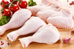 Frische rohe Hühnerbeine und Flügel Stockfotografie
