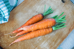 Frische rohe Karotten auf einem hölzernen Küchenschneidebrett Gemüse vom Garten Lizenzfreie Stockfotos