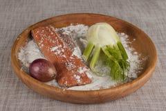 Frische rohe Lachse auf einem hölzernen Behälter mit Petersilie, Salz und Sellerie Lizenzfreie Stockfotografie