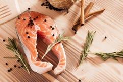 Frische rohe Lachse auf hölzernem Stockfotos