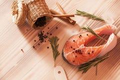 Frische rohe Lachse auf hölzernem Lizenzfreie Stockfotografie