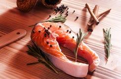 Frische rohe Lachse auf hölzernem Lizenzfreies Stockfoto